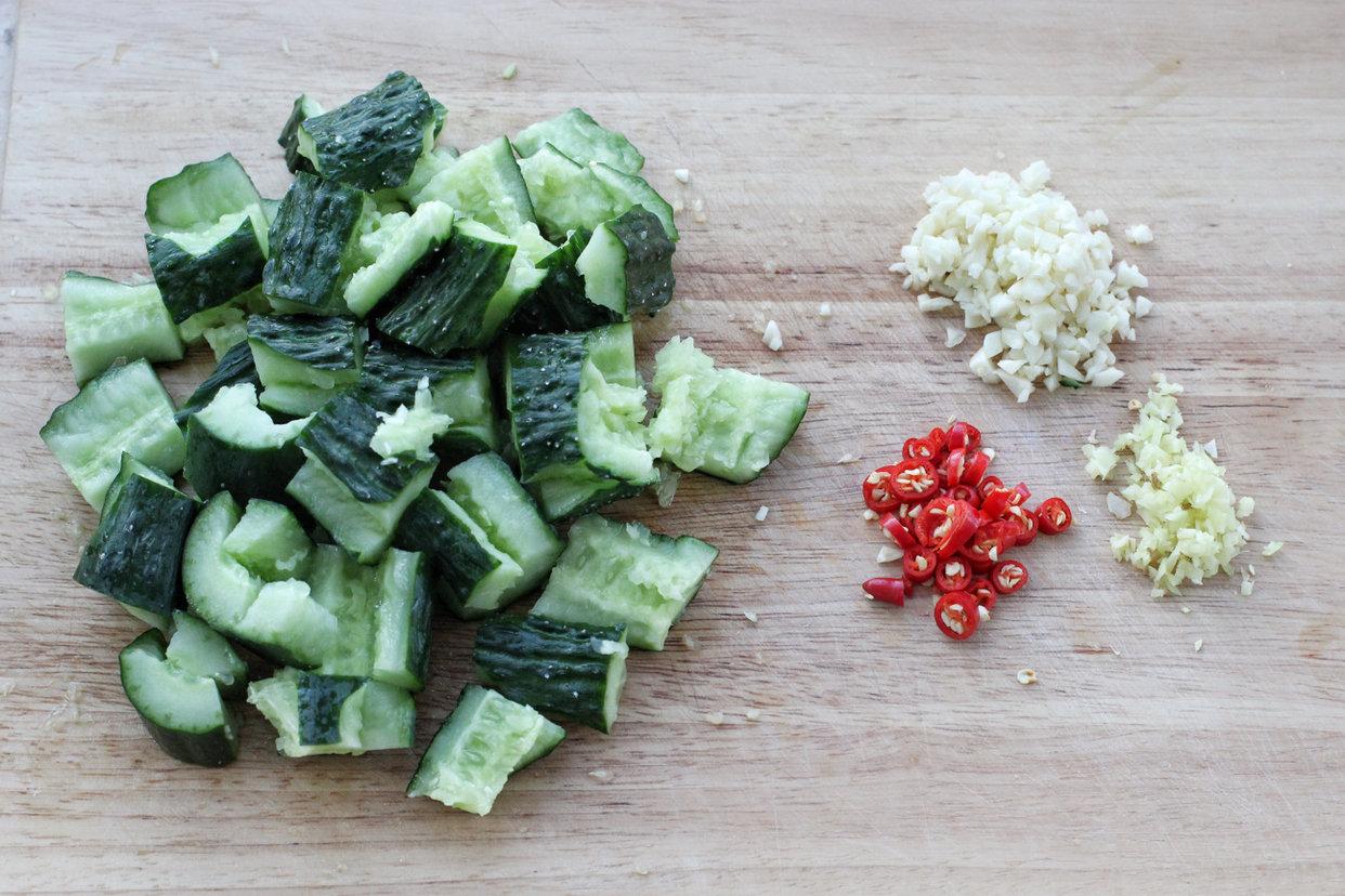 木耳黄瓜拌花生米的做法