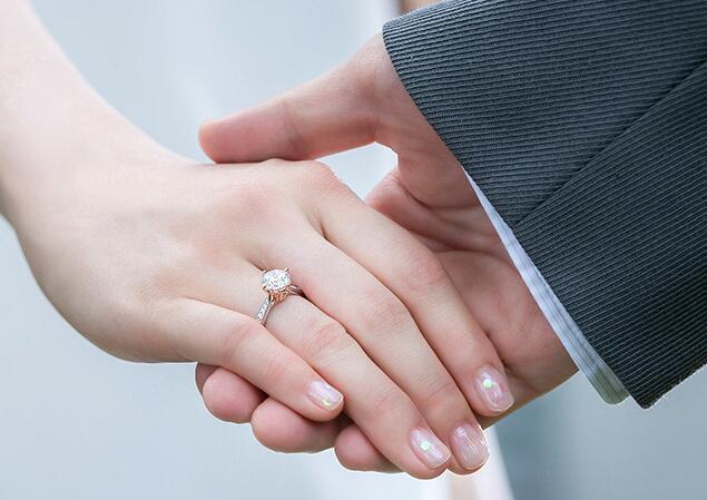 订婚戒指跟结婚戒指一样吗?