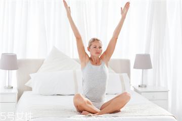 床上瑜伽简单动作 躺着做瑜伽的练习方法